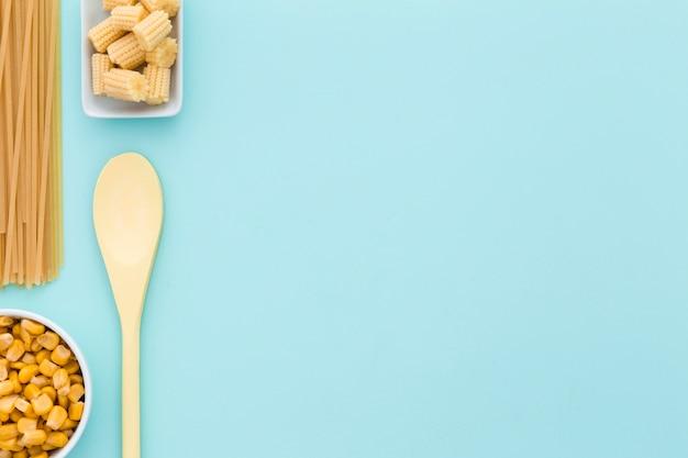 Vue de dessus du maïs frais avec espace copie