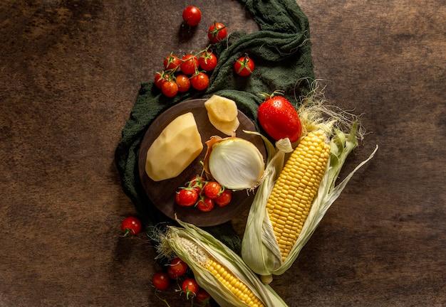 Vue de dessus du maïs avec pommes de terre et tomates