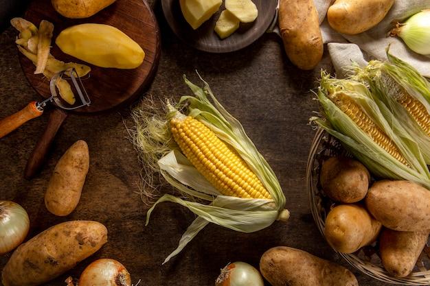 Vue de dessus du maïs avec pommes de terre