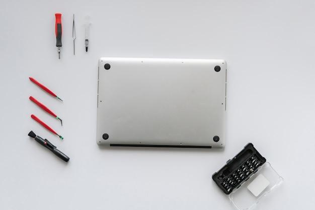 Une vue de dessus du maître d'ordinateur du service fixant l'ordinateur portable sur un tableau blanc