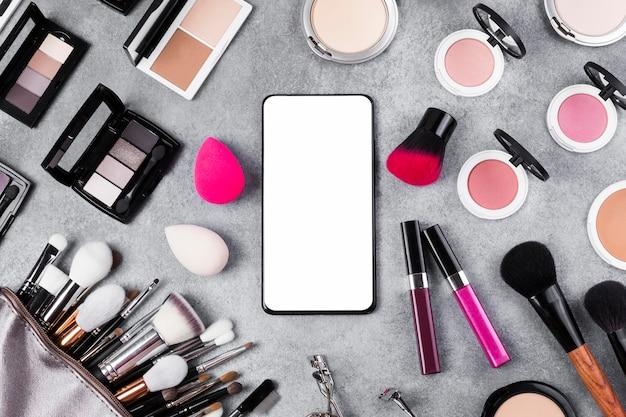 Vue de dessus du maquillage sur le concept de bureau avec espace copie