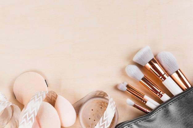 Vue de dessus du maquillage sur le concept de bureau