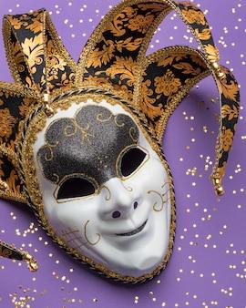 Vue de dessus du masque de carnaval avec des paillettes