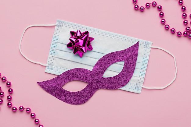 Vue de dessus du masque de carnaval avec des perles et un masque médical