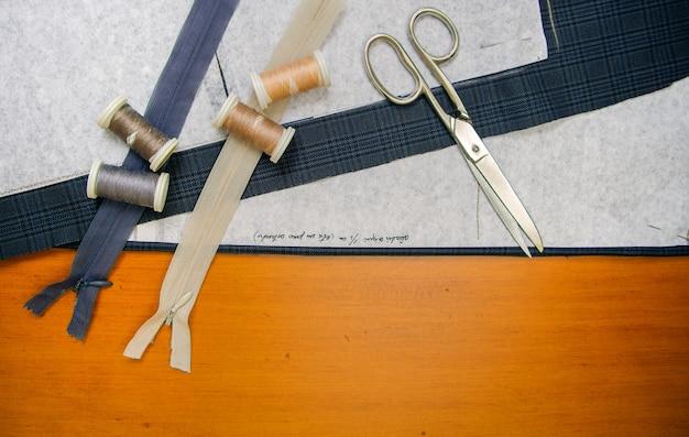 Vue de dessus du matériel de couture sur une table en bois