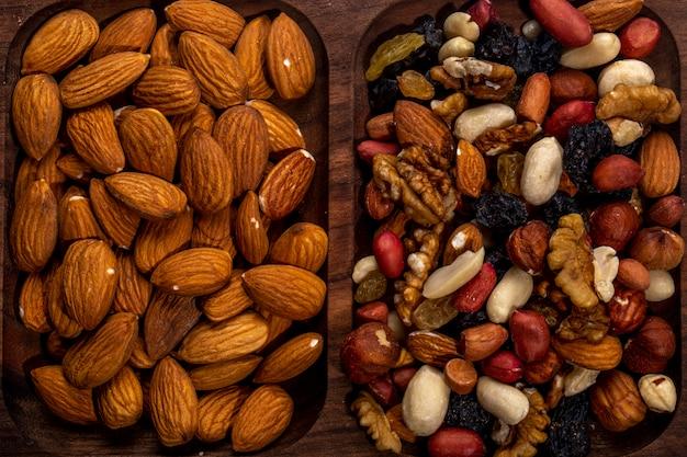 Vue de dessus du mélange de noix et d'amandes sur un plateau en bois