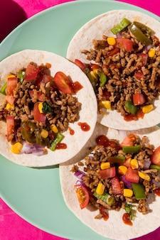 Vue de dessus du mélange de tacos sur tortilla