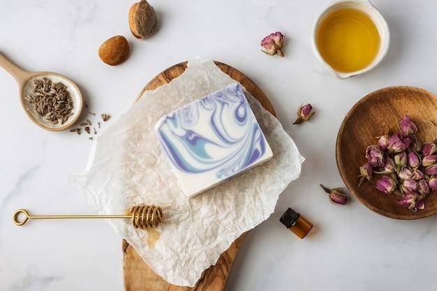 Vue de dessus du miel, des plantes et du savon