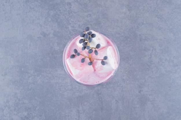 Vue de dessus du milk-shake fraîchement préparé sur fond gris.