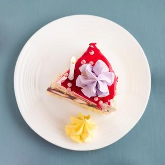 Vue de dessus du morceau de gâteau sur une assiette