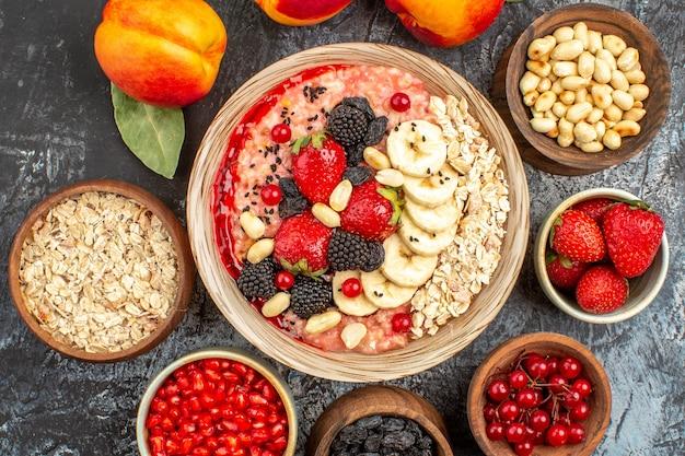 Vue de dessus du muesli fruité avec des fruits frais tranchés