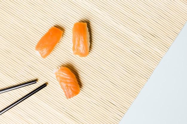 Vue de dessus du nigiri au saumon