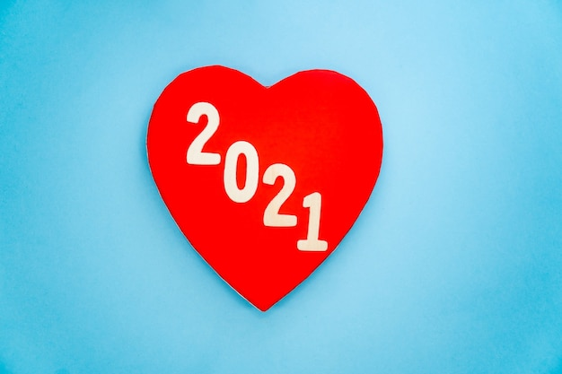Vue de dessus du numéro 2021 en bois et coeur rouge