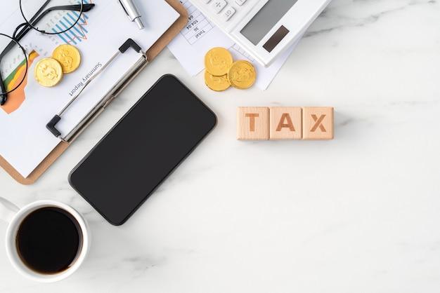 Vue de dessus du paiement des taxes avec un téléphone intelligent à partir d'internet.