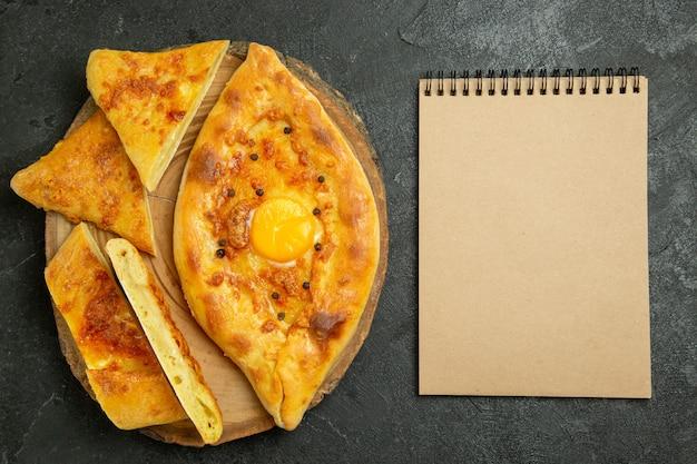 Vue de dessus du pain aux œufs cuits au four délicieux fraîchement sorti du four sur l'espace gris foncé