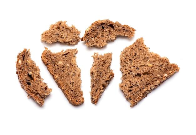 Vue de dessus du pain brun émietté multi grain isolé