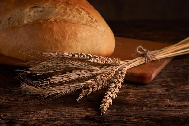 Vue de dessus du pain complet sur bois ructic foncé