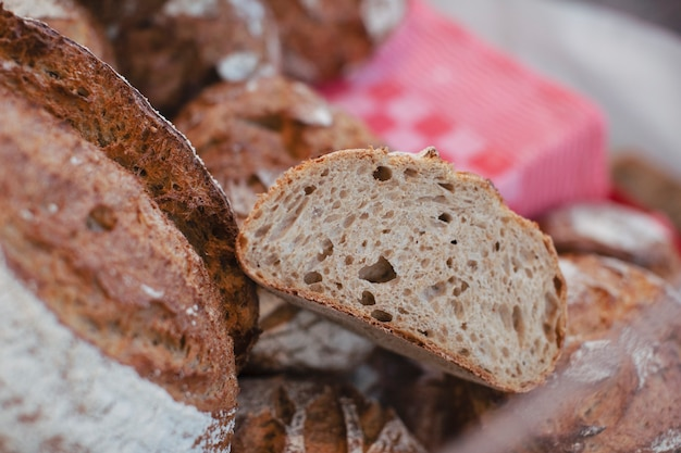 Vue de dessus du pain complet en tranches
