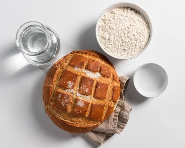Vue de dessus du pain cuit au four avec de la farine et de l'eau