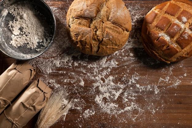 Vue de dessus du pain cuit au four avec de la farine