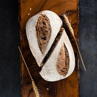 Vue de dessus du pain et du blé sur le hachoir