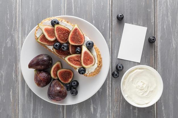 Vue de dessus du pain avec du fromage à la crème et des figues