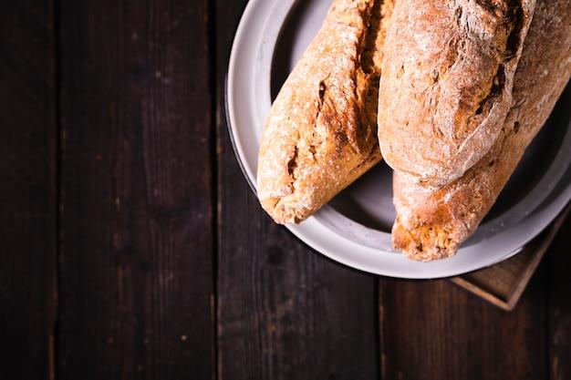 Vue de dessus du pain fait maison sur une assiette
