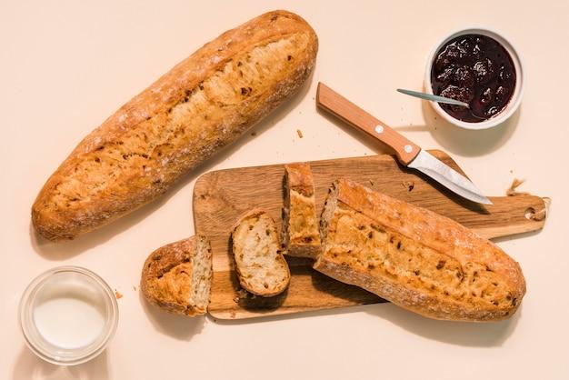 Vue de dessus du pain fait maison avec du lait et de la confiture