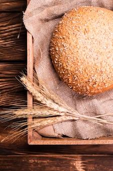 Vue de dessus du pain fait maison avec des graines