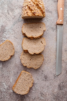 Vue de dessus du pain sur fond de stuc
