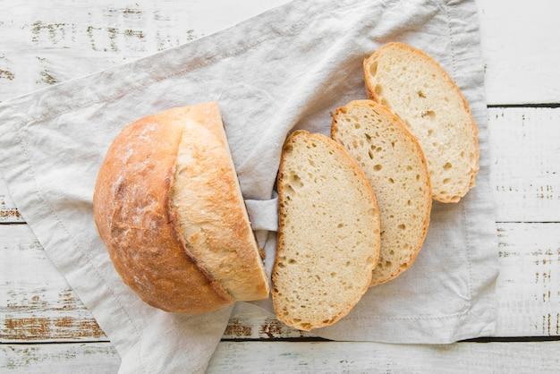 Vue de dessus du pain frais tranché