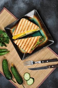Vue de dessus du pain grillé avec laitue, jambon, oeuf