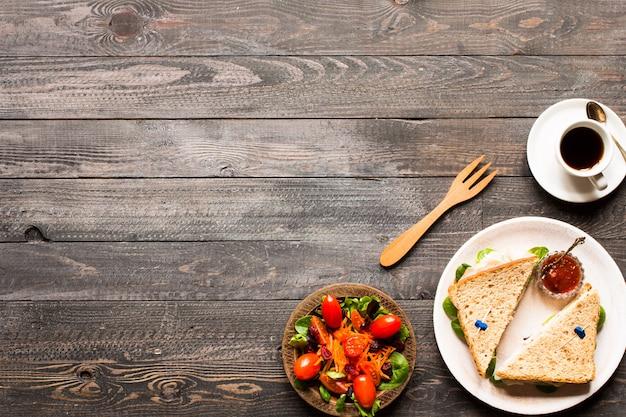 Vue de dessus du pain grillé sain avec de la laitue sur un fond en bois