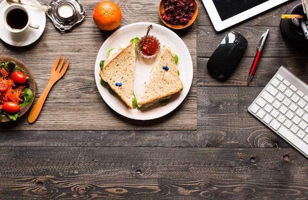 Vue de dessus du pain grillé sain avec de la laitue, sur une table en bois