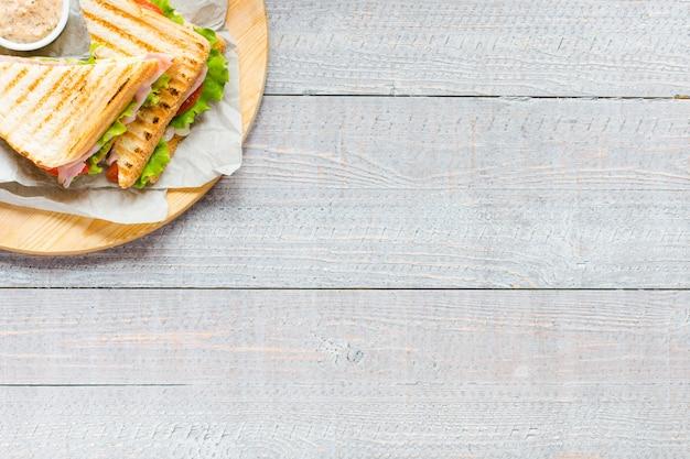 Vue de dessus du pain grillé sain, sur une surface en bois
