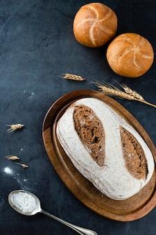Vue de dessus du pain sur hachoir avec fond noir