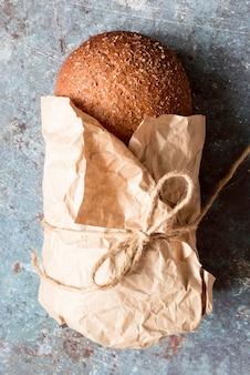 Vue de dessus du pain lié avec des graines