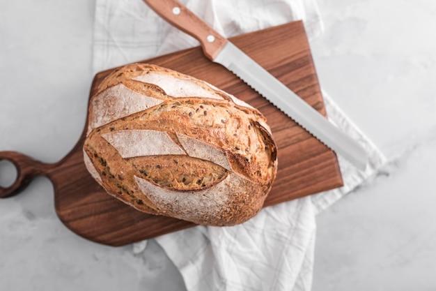 Vue de dessus du pain avec planche de bois