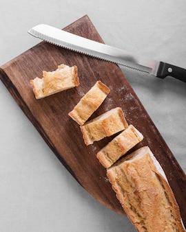 Vue de dessus du pain sur planche de bois
