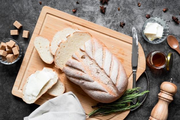 Vue de dessus du pain sur une planche à découper avec du beurre