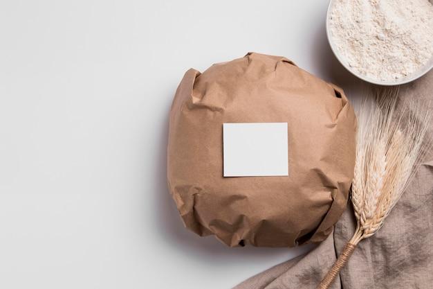 Vue de dessus du pain rond enveloppé avec espace copie