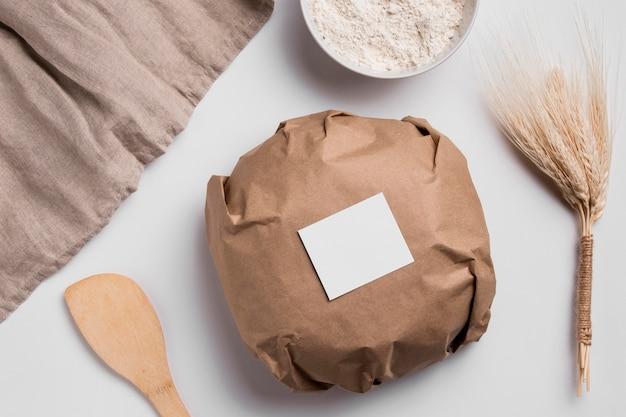 Vue de dessus du pain rond enveloppé