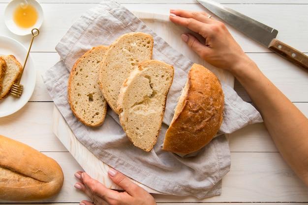 Vue de dessus du pain rond tranché