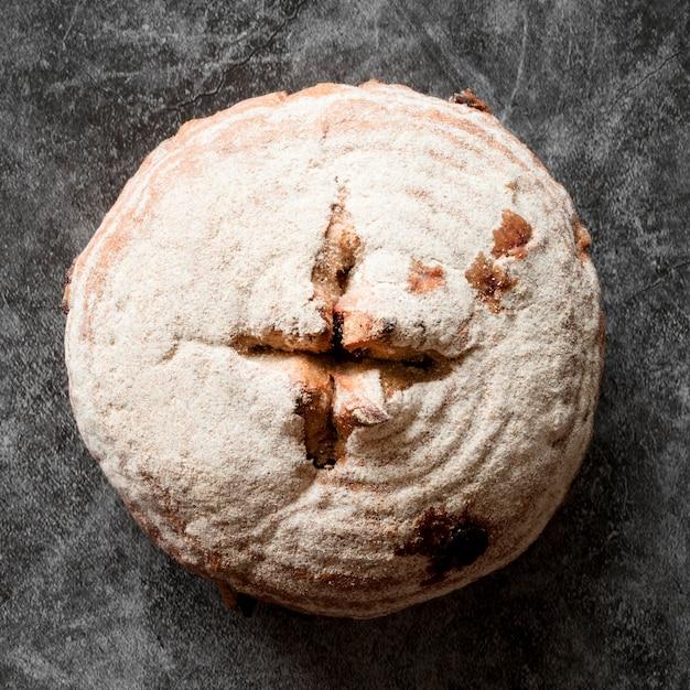 Vue de dessus du pain rustique sur le comptoir