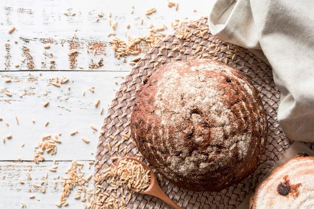 Vue de dessus du pain rustique avec des graines