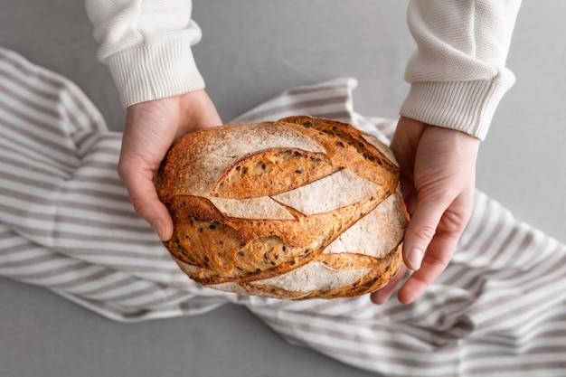 Vue de dessus du pain avec une serviette à rayures