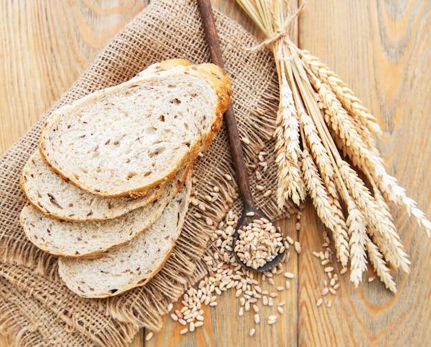 Vue de dessus du pain en tranches