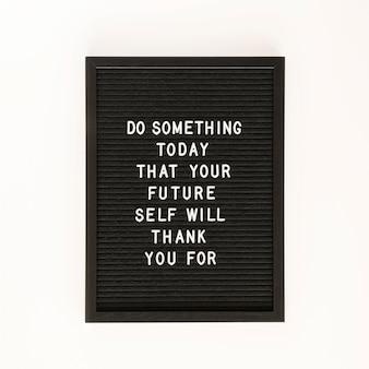 Vue de dessus du panneau de texte de motivation noir