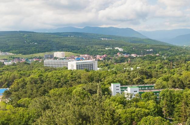 Vue de dessus du panorama du village de divnomorskoye, près de gelendzhik sur la côte de la mer noire, des bâtiments du sanatorium et un parc