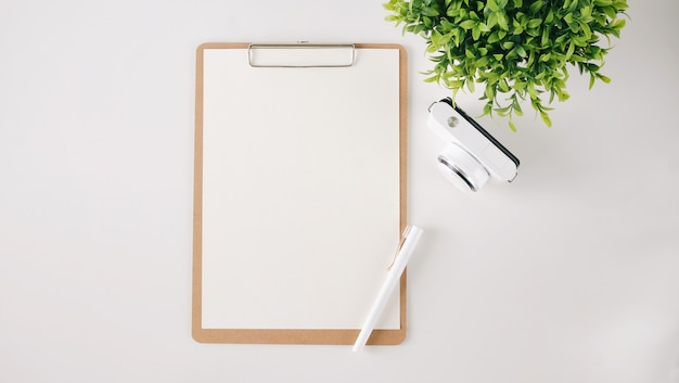Vue de dessus du papier blanc vierge.